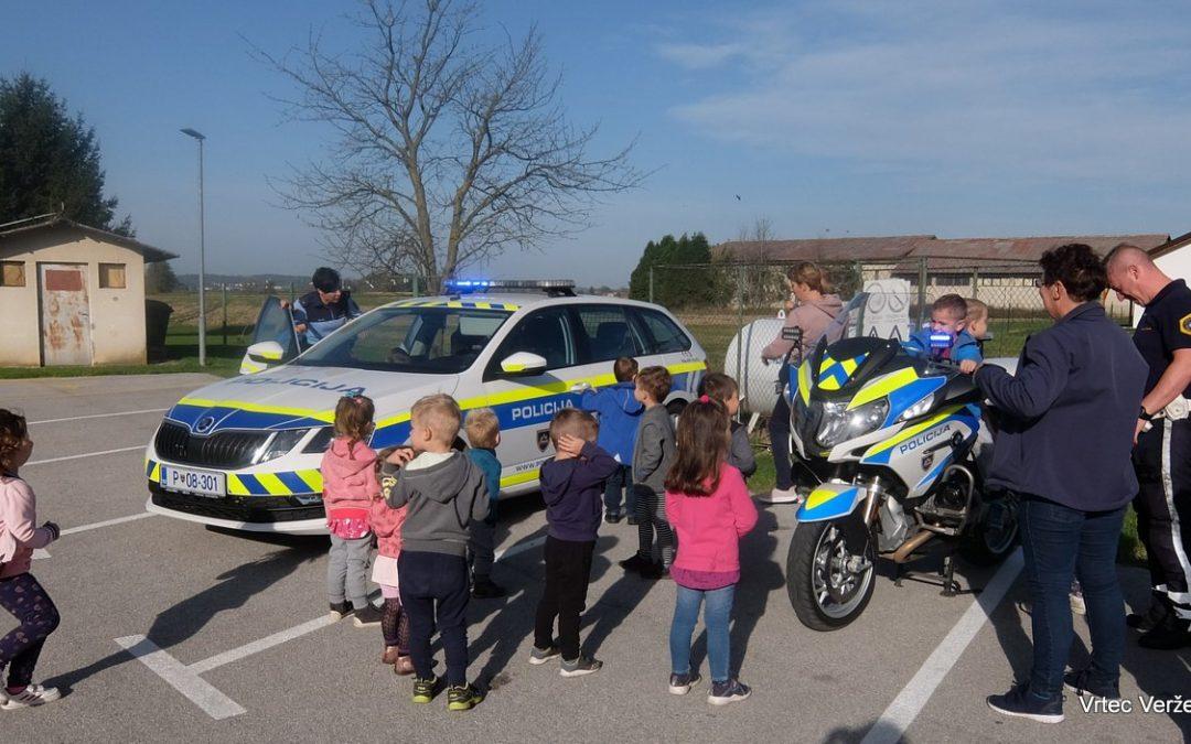 Obiskala sta nas policista